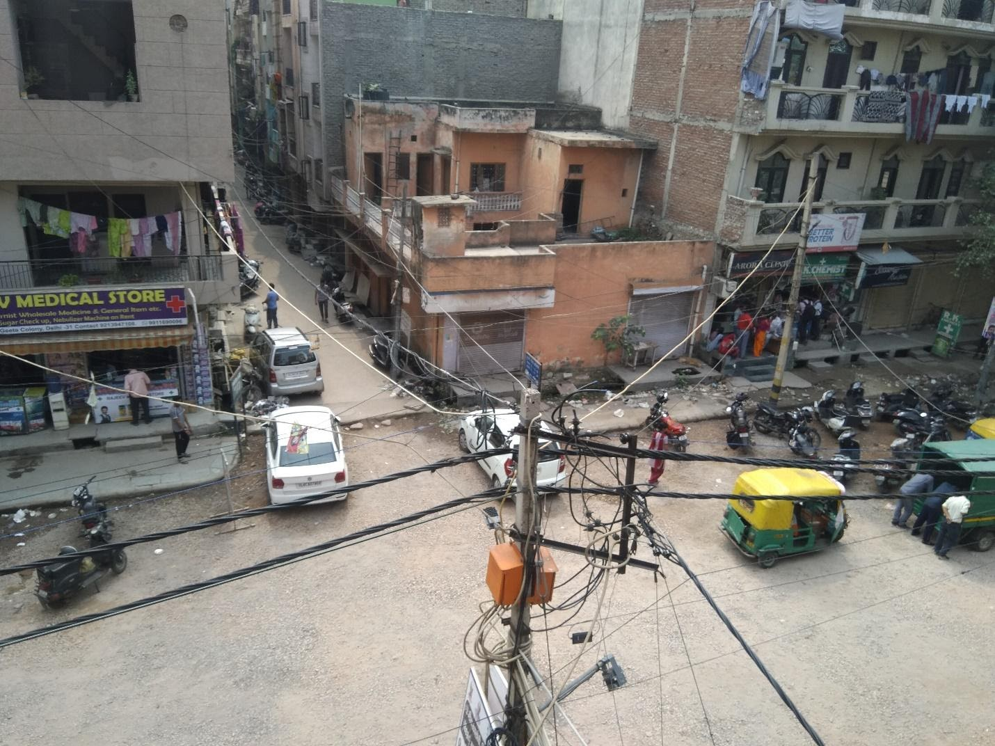 Network of wires entangling above the lanes of residential colonies in Krishna Nagar of East Delhi (Image Source: Srishti Singh)